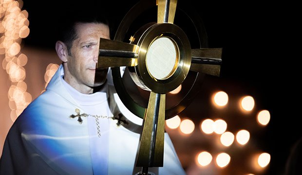 Father Mike Schmitz during Adoration of the Blessed Sacrament at the Encounter Texas Conference.