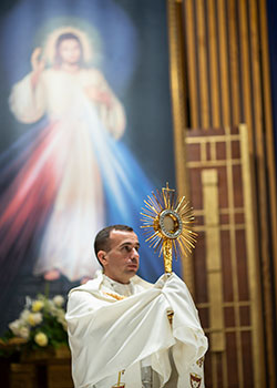 Father Maurice Moon with the St. John Paul II Monstrance during Adoration at St. Matthew Parish in Arlington in May 2019.