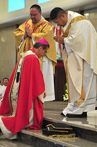 Ordination-2013-Apb-Gustavo-receives-blsg.jpg