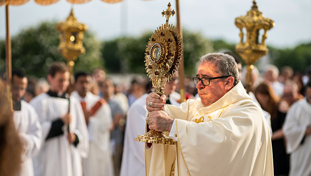 Bishop Michael Olson blesses hundreds of faithful during the Corpus Christi procession at St. Elizabeth Ann Seton Parish in Keller June 23. (NTC/Juan Guajardo)